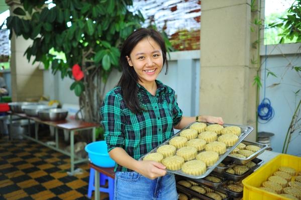 Mỗi cuối tuần, bếp cơm từ thiện của sư thầy Thích Minh Phú nấu từ 2000-5000 phần cơm để đem tới các bệnh viện, khu chợ và các tụ điểm có nhiều người nghèo lang thang để phát miễn phí. - Tin sao Viet - Tin tuc sao Viet - Scandal sao Viet - Tin tuc cua Sao - Tin cua Sao