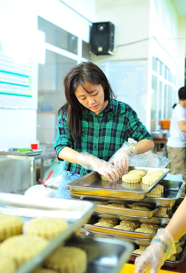 Địa điểm họ cùng tham gia làm bánh là bếp cơm từ thiện chùa Giác Nguyên, do sư thầy Thích Minh Phú chủ trì và siêu mẫu Trang Trần là một trong những thành viên tích cực nhất trong việc vận động quyên góp và tham gia nấu cơm hàng tuần. - Tin sao Viet - Tin tuc sao Viet - Scandal sao Viet - Tin tuc cua Sao - Tin cua Sao