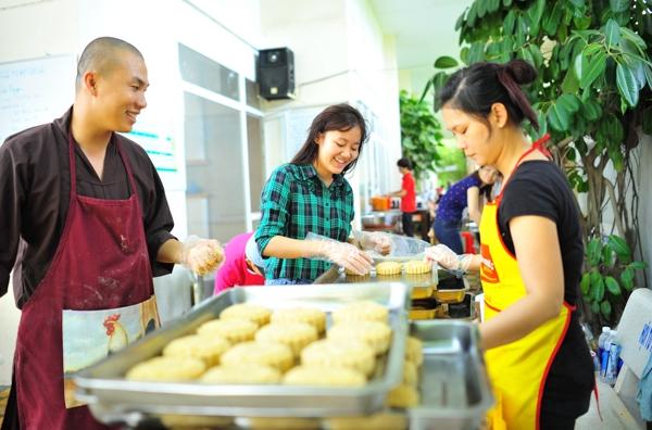 Mùa trung thu năm nay, bếp ăn từ thiện chùa Giác Nguyên đã làm khoảng hơn 10 ngàn chiếc bánh trung thu và các thành viên tích cực đi phát tại các trung tâm trẻ mồ côi, các đường phố và bệnh viện. - Tin sao Viet - Tin tuc sao Viet - Scandal sao Viet - Tin tuc cua Sao - Tin cua Sao