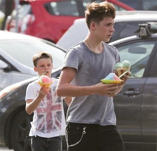 Các cậu con trai của Becks đều phải học tính tự lập trong những thói quen hàng ngày.