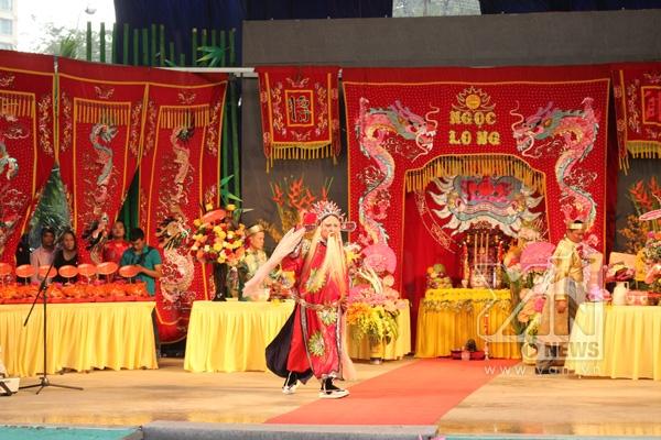 Sân khấu chính của buổi lễ được trang hoàng rực rỡ. - Tin sao Viet - Tin tuc sao Viet - Scandal sao Viet - Tin tuc cua Sao - Tin cua Sao