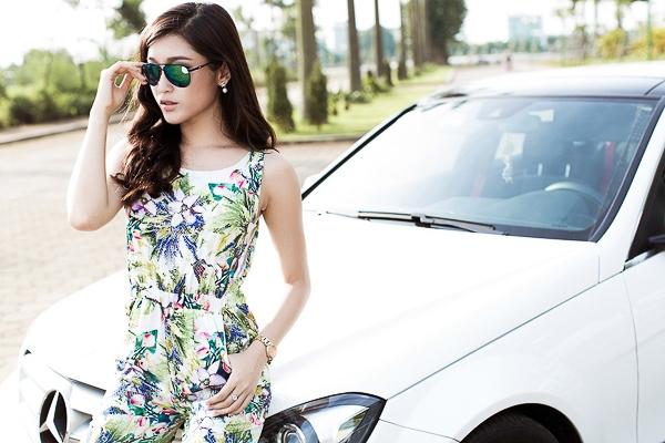 Bên cạnh đó, cô không sử dụng nhiều phụ kiện rườm rà nhấn nhá để tập trung sự chú ý vào trang phục.