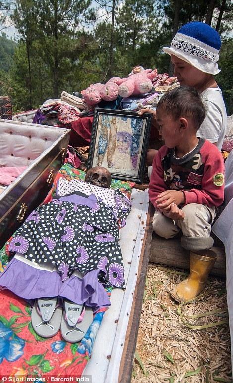 Phong tục kì lạ với xác người ở Indonesia