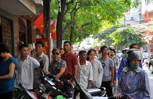 Người Hà Nội xếp hàng dưới lòng đường mua bánh trung thu