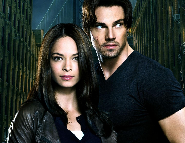 Tham gia diễn xuất cùng Ryan là nữ diễn viên Kristin Kreuk với vẻ đẹp lai cuốn hút từng nổi tiếng với vai diễn Lana trong series phim truyền hình Thị trấn Smallville. Cô đã thể hiện xuất sắc vai diễn cảnh sát Catherine cá tính mạnh mẽ nhưng cũng vô cùng mềm yếu và ngọt ngào trong tình yêu tuyệt vọng với anh chàng Vincent trong lốt quái thú…