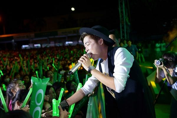 Minh Sang (X-factor) mở đầu chương trình với ba ca khúc: Bay lên những ước mơ, Thiện thần và Nơi tình yêu bắt đầu - Tin sao Viet - Tin tuc sao Viet - Scandal sao Viet - Tin tuc cua Sao - Tin cua Sao