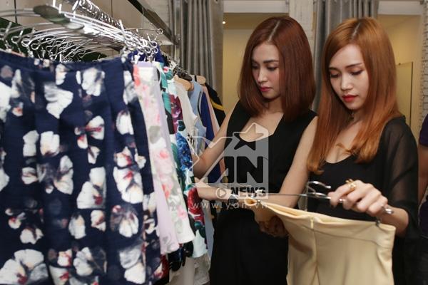 Sĩ Thanh vừa hoàn thành xong dự án nhạc dance mới của mình, cô nàng nhân dịp nghỉ xả hơi đã rủ rê người bạn thân thiết là Mai Hồ đi mua sắm.