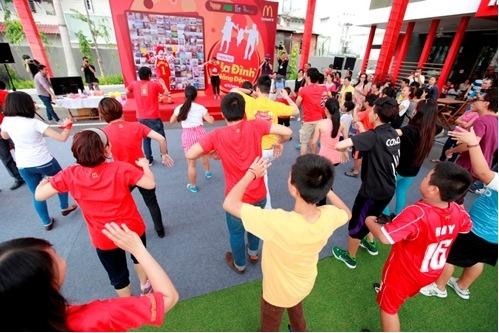 Ngày hội càng trở nên sôi động hơn với các điệu nhảy Zumba dưới sự hướng dẫn của các huấn luyện viên đến từ CLB La Danza