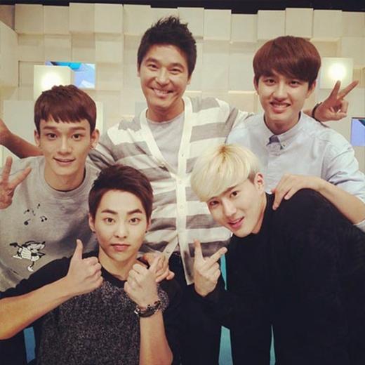 """Nam ca sỹ Lim Chang Jung đã đăng tải hình ảnh chụp cùng những cậu em EXO trong chương trình EXO 90:2014 với nội dung: """"Tôi đã hoàn thành ngày hôm nay. Chương trình thật sự rất tuyệt. Làm vài tấm ảnh với EXO nào"""""""