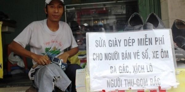 Tấm biển sẻ chia lay động lòng người giữa Sài Gòn