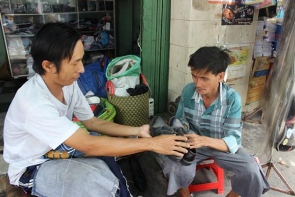 Chú Tùng bán vé số được anh Bình tặng một đôi giày cũ.