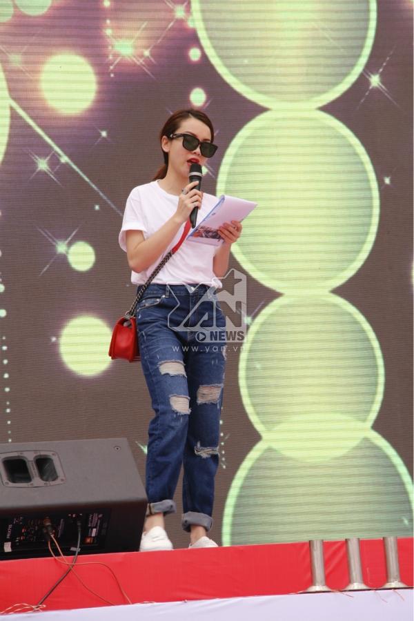 Ngoài ra, Yến Trang cũng tham gia chương trình với vai trò là MC. Khác với vẻ sexy thường thấy trên sân khấu, cô xuất hiện với bộ trang phục khá đơn giản nhưng không kém phần năng động. - Tin sao Viet - Tin tuc sao Viet - Scandal sao Viet - Tin tuc cua Sao - Tin cua Sao
