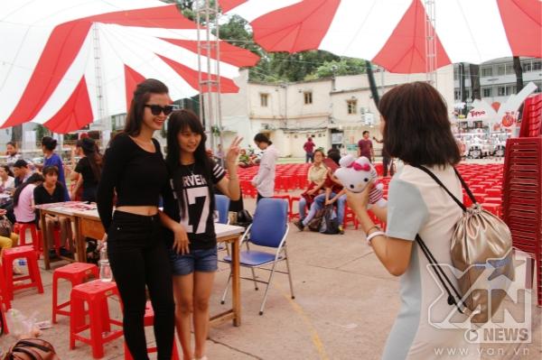 Thân thiện chụp hình cùng fan - Tin sao Viet - Tin tuc sao Viet - Scandal sao Viet - Tin tuc cua Sao - Tin cua Sao