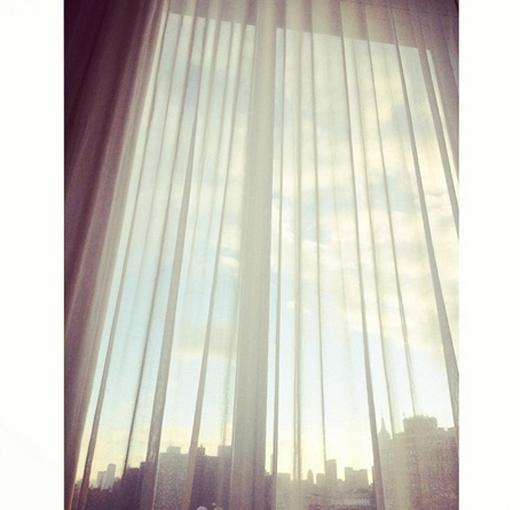 Taeyeon khoe hình chiếc rèm trắng với nội dung: 'Chào buổi sáng mọi người' và đặt hashtag là ca khúc Whisper của TaeTiSeo được phát hành vào đêm 13/9