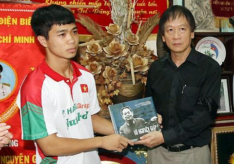 Thay mặt đội U19, đội trưởng Nguyễn Công Phượng nhận món quà ý nghĩa từ gia đình Đại tướng Võ Nguyên Giáp