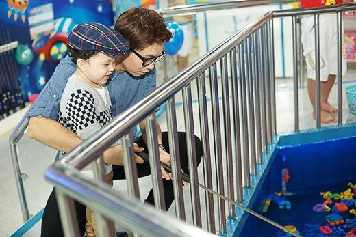 Cậu bé tỏ ra thích mê các trò chơi trong khu vui chơi này và cực kỳ hiếu động. Bố Tim tỏ ra là 1 ông bố rất biết chăm con và chiều con.
