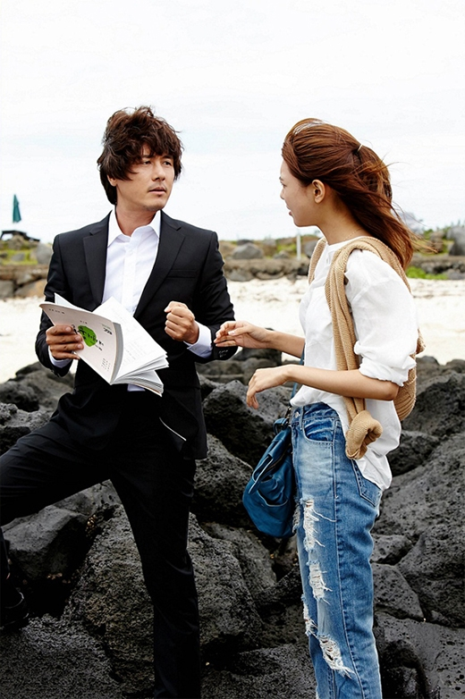 Sooyoung luôn chăm chỉ trao đổi kịch bản với đàn anh Kam Woo Sung để thể hiện những cảnh quay tốt nhất