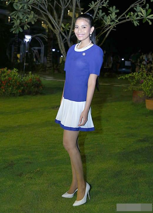 Trương Thị May chọn bộ đầm xếp ly với tone xanh - trắng. Cô vẫn trung thành với kiểu tóc cột cao và gương mặt trang điểm nhẹ nhàng - Tin sao Viet - Tin tuc sao Viet - Scandal sao Viet - Tin tuc cua Sao - Tin cua Sao