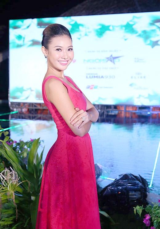 Miss Ngôi Sao 2012 Bích Khanh vừa làm giám khảo, vừa động viên các đàn em tự tin để tỏa sáng. - Tin sao Viet - Tin tuc sao Viet - Scandal sao Viet - Tin tuc cua Sao - Tin cua Sao