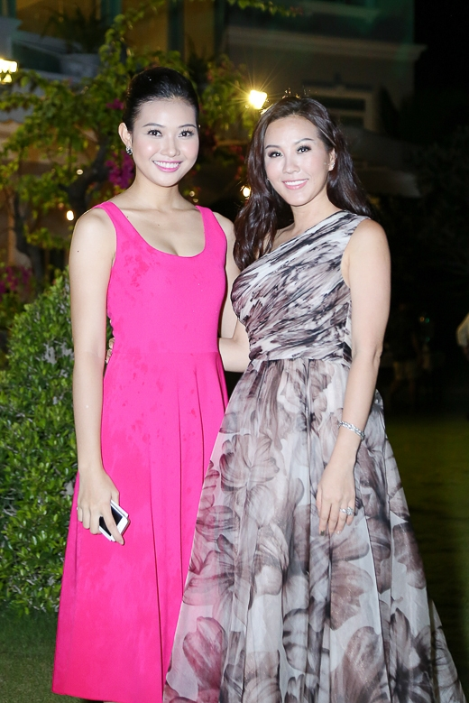 """Đứng cạnh Trương Thị May hay Bích Khanh, hoa hậu Thu Hoài vẫn tự tin và duyên dáng chụp ảnh cùng """"đàn em""""."""
