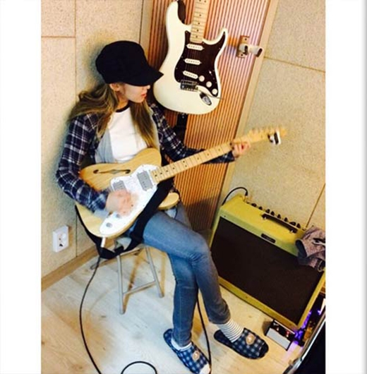 """Hyoyeon khoe hình cầm đàn guitar với lời nhắn: """"Bài tập guitar"""""""