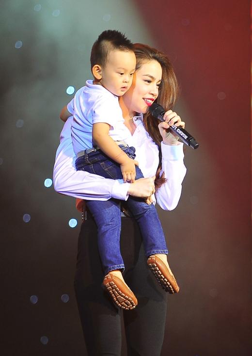 Cậu bé trạc tuổi Subeo khiến nhiều người liên tưởng tới hình ảnh mẹ bồng con của Hồ Ngọc Hà - Tin sao Viet - Tin tuc sao Viet - Scandal sao Viet - Tin tuc cua Sao - Tin cua Sao