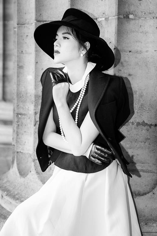 Phong cách này giúp cô luôn được chú ý ở các tuần lễ thời trang và tiếp tục khẳng định hình ảnh cổ điển luôn phù hợp với Lý Nhã Kỳ. - Tin sao Viet - Tin tuc sao Viet - Scandal sao Viet - Tin tuc cua Sao - Tin cua Sao