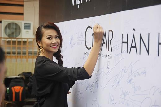 Thanh Hằng cũng là một trong những người đầu tiên ký tên ủng hộ chiến dịch. Việc thu thập chữ ký ủng hộ chương trình đã diễn ra ở Đà Nẵng, Hà Nội, Cần Thơ, TP HCM - Tin sao Viet - Tin tuc sao Viet - Scandal sao Viet - Tin tuc cua Sao - Tin cua Sao