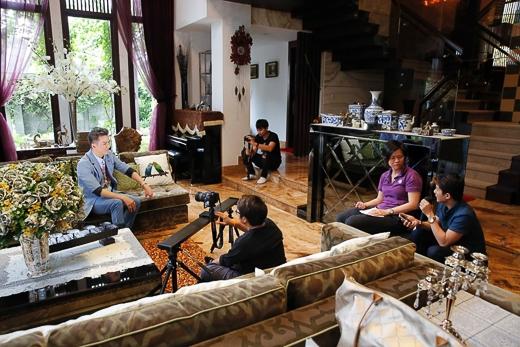 """""""Nine Entertain"""" là một chương trình tin tức giải trí hàng đầu của Thái Lan, phát sóng vào thứ Hai & thứ Sáu hàng tuần bắt đầu từ 11h30 đến trưa (giờ địa phương) và từ 9h30 đến 09h45 tối cũng như vào ngày thứ Bảy-Chủ Nhật từ 11h30 đến trưa và từ 08h30 đến 08h45 tối. - Tin sao Viet - Tin tuc sao Viet - Scandal sao Viet - Tin tuc cua Sao - Tin cua Sao"""