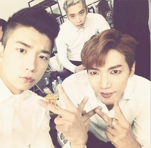 Jun.K khoe hình với Wooyoung và Chansung trong hậu trường