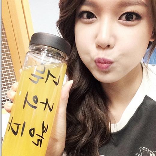 Sooyoung khoe hình tạo dáng đáng yêu bên chiếc bình và nói rằng: 'Tôi cũng có một chai nè'
