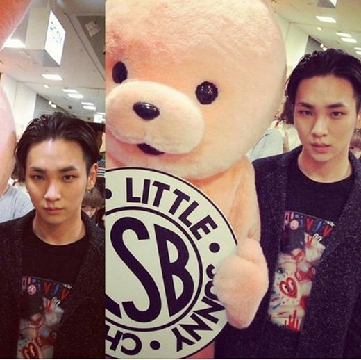 Key làm mặt ngầu bên chú gấu bông cực đáng yêu
