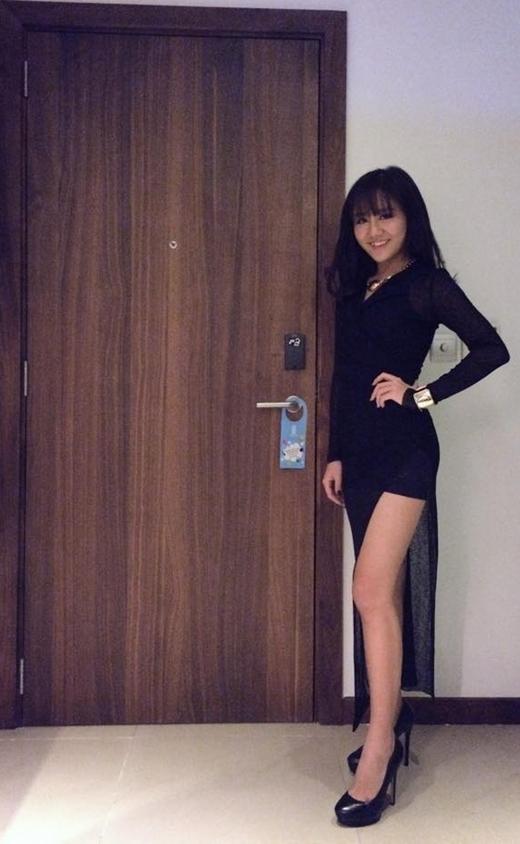 Hình ảnh mới nhất của Văn Mai Hương khiến không ít fan phải trầm trồ vì sự quyến rũ, đẳng cấp. Trong chiếc váy đen ôm sát, cô nàng tự tin khoe vóc dáng thon gọn cùng đôi chân dài nuột nà.