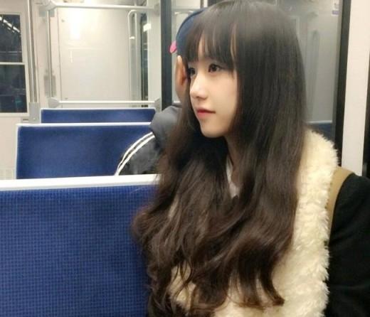 9X Việt bị chụp lén trên tàu điện vì quá xinh