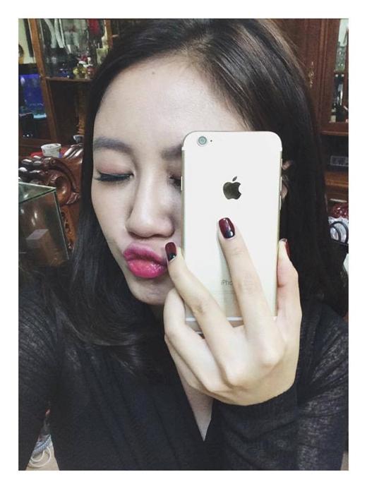 Văn Mai Hương có biểu cảm thú vị khi khoe chiếc điện thoại cáu cạnh mới tậu. - Tin sao Viet - Tin tuc sao Viet - Scandal sao Viet - Tin tuc cua Sao - Tin cua Sao