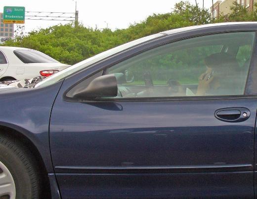 Vừa lái xe vừa nhắn tin vừa nghe điện thoại. Quá siêu!