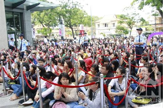 Rất đông các khán giả đã có mặt từ rất sớm để chờ được gặp Đông Nhi - Tin sao Viet - Tin tuc sao Viet - Scandal sao Viet - Tin tuc cua Sao - Tin cua Sao