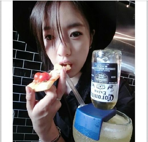 Eunjung ăn pizza cũng không quên chụp một tấm hình để chiêu đãi các fan