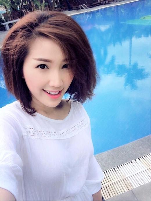 Kết hợp chuyến biểu diễn và nghỉ dưỡng tại Nha Trang, nữ ca sỹ Bảo Thy đốn tim fan bằng loạt ảnh đẹp mắt. Tại đây, giọng ca Một chút quên anh thôi tỏ ra khá hào hứng khi có thời gian thảnh thơi để nghỉ dưỡng sau những ngày bận rộn tại Sài Gòn. Thay đổi mái tóc dài quen thuộc, Bảo Thy chọn kiểu tóc ngắn bồng bềnh và khá phù hợp gương mặt. Cô nàng được fan khen ngợi ngày càng xinh đẹp và tươi trẻ.