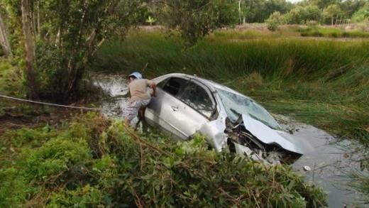 Ao nước nơi chiếc ô tô 4 chỗ lao xuống