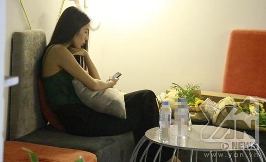 Trong lúc Ưng Hoàng Phúc đang làm việc thì Kim Cương lặng lẽ ngồi riêng một góc để chờ. - Tin sao Viet - Tin tuc sao Viet - Scandal sao Viet - Tin tuc cua Sao - Tin cua Sao