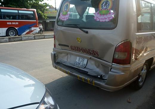 Theo cơ quan chức năng, khi xe tải biển số 69L-6092 đang dừng đèn đỏ thì bị xe khách 16 chỗ biển số tỉnh Tiền Giang (63B-005.38) húc mạnh vào đuôi. Tài xế giật mình nhìn lại phía sau phát hiện thêm 6 ôtô đang 'dính chùm'.