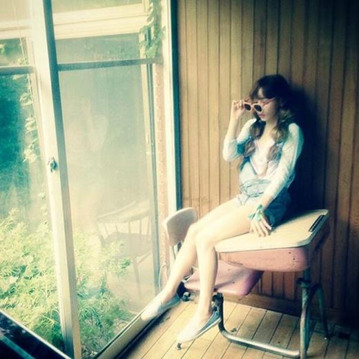 Taeyeon 'chiêu đãi' fan với bức hình trong hậu trường chụp hình album Holler