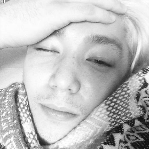 Kang In 'mắt nhắm mắt mở' khoe hình khi vừa mới thức dậy và chúc các fan buổi sáng tốt lành