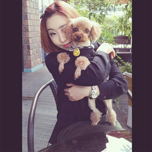 Minzy đáng yêu khi tạo dáng cùng thú cưng của mình