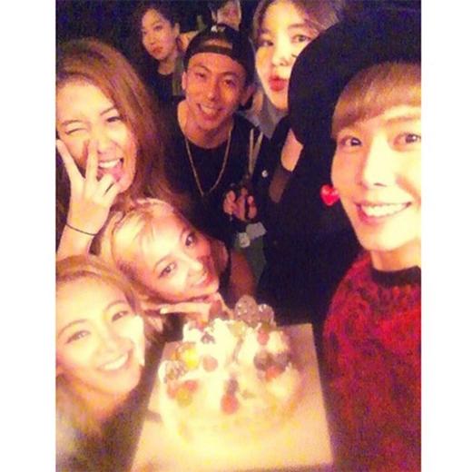Hyoyeon khoe hình mừng sinh nhật trễ với những người bạn của cô