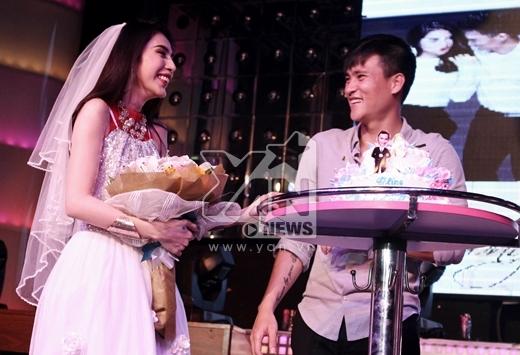 Một đám cưới bất ngờ được diễn ra trong sự phấn khích của tất cả khán giả.Cả hai đã không ngần ngại dành tặng cho nhau nụ hôn nồng cháy ngay trên sân khấu - Tin sao Viet - Tin tuc sao Viet - Scandal sao Viet - Tin tuc cua Sao - Tin cua Sao