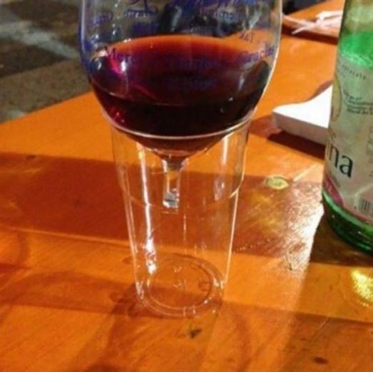 Chiếc ly uống rượu chẳng may bị gãy đế, chẳng hề hấn gì phải không nào?