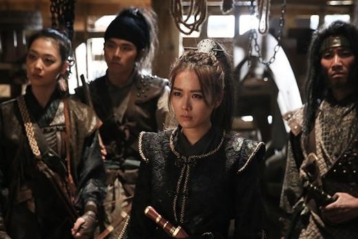 Phim là những tình huống hài hước bởi cuộc chiến giữa nhóm cướp biển do nữ tướng Son Ye Jin...