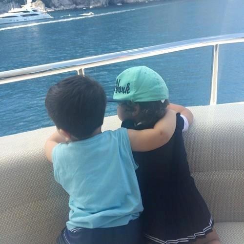 Hai bà mẹ trẻ thích thú với khoảnh khắc các thiên thần nhỏ quàng vai thân mật khi đi nghỉ cùng nhau.